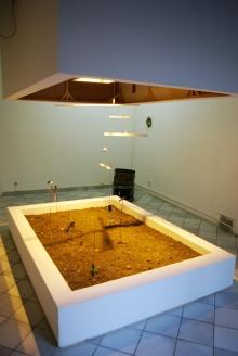 Grégory Le Lay // matériaux divers, terre, mobile, systèmes sonores, lampe à sodium